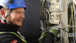 sähköasentaja työssään