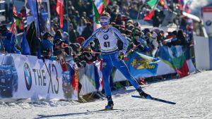 Tero Seppälä skidar bredvid publik.