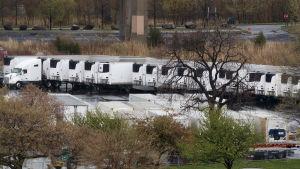 Tiotals nedkylda containrar som används som bårhus i New York under coronaepidemin.