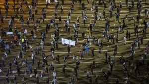 Flera tusen israeler demonstrerade mot Netanyahu i Tel Aviv den 19 april.