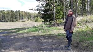 Thage Lindeberg står på sina ägor på Pickala gård.