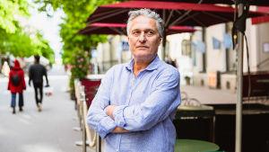 Krögaren Niklas Ericson framför uteserveringen till sin restaurang.