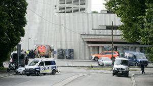 Polis och brandkår vid Helsingfors stadsteater den 29.6.2020 efter att en explosionsolycka inträffat där.