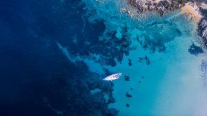 Blått hav fotograferat ovanifrån