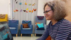 Sjukhusmusiker Anna Brummer leder dagverksamhetens virtuella träffar på Töölö Seniorikeskus, Tölö Seniorcenter. 2021.