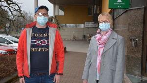 Markus Östman och Sanna Simonen vid Pargas stadshus