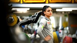 Nooralotta Neziri tittar omkring sig i gymmet