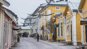 Människor går på snöig gata