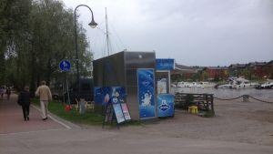 Glasskiosk vid åstranden i Borgå