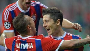 Rafinha och Lewandowski firar.