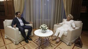 Greklands nya premiärminister Vassiliki Thanou och avgående premiärminister Alexis Tsipras.