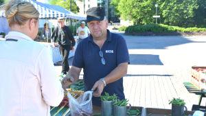 Bromarvbon Guy Ranta säljer grönsaker på Hangö torg.