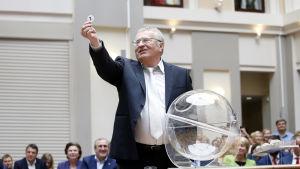 Vladimir Zjirinovskij drar lotten som bestämmer LDPRs plats i valsedeln