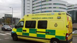 En ambulans utanför Queen Elizabeth Hospital i Birmingham, Storbritannien.