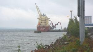 Fartyg lastas i Valkom hamn