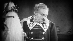 Emil Jannings on hotellin portieeri F.W. Murnaun elokuvassa Viimeinen mies (1924).