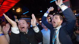 Anhängare av det högerpopulistiska partiet AfD jublar över prognosresultaten på ett valtillfälle i en nattklubb i Berlin.