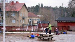 Barn leker på Ebbo daghem