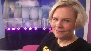 Paula Noronen istuu Puoli seitsemän studiossa