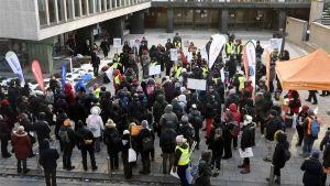 Universitetsanställa i Helsingfors demonstrerar
