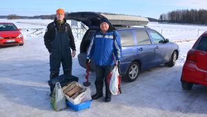 Matti och Risto redo för pimpelfiske på Haikofjärden.