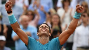 Rafael Nadal sträcker händerna i luften