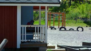 Lekstuga och klätterställning på gården till Solbacka daghem.