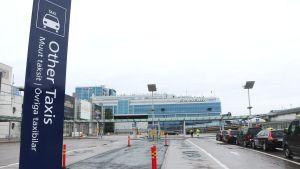 """Skylt på Helsingfors-Vanda flygfält som det står """"texten Övriga taxibilar"""" på."""