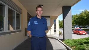 Mikael Appel utanför polisinrättningen i Österbotten.