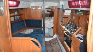 Insidan av en segelbåt, med en soffa och kök