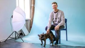 Suunnittelija Petteri Laamo toimistollaan koiransa Leppiksen kanssa