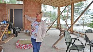Sonja Kjellman förevisar husbygge