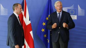 Dominic Raab och Michel Barnier efter brexitförhandlingar 21.8.2018
