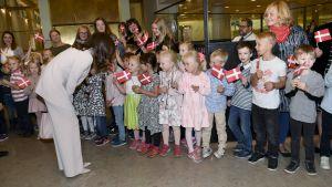 Kronprinsessan Mary av Danmark hälsar på barn i stadshuset  i Helsingfors