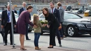 Kronprinsessan Mary får en blombukett av en flicka.