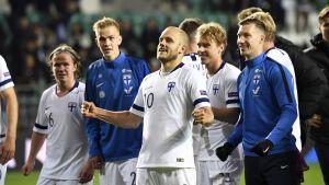 Teemu pukki och Finland jublar efter segern över Estland.