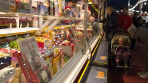 """Sirkuksen """"eteisessä"""" on kioskeja, joissa myydään karkkia ja virvokkeita."""