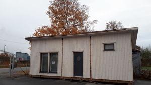 Minihus som elever på Mellersta Österbottens yrkesinstitut har byggt.