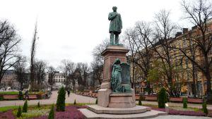 Runebergs staty talar inte svenska förrän nästa år.