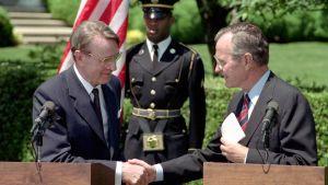 President Mauno Koivisto (t.v.) och George Bush den äldre utanför vita huset den 7 maj 1991.