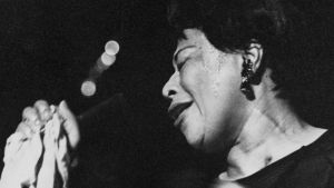 Ella Fitzgerald sjunger i en mikrofon