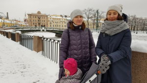 Olga Ljubimova (till höger) hoppas att det ska bli lättare att ta sig fram med barnvagn i Sankt Petersburg.