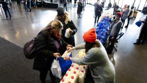 Bild uppifrån ut över matbankens utdelning i Brooklyn.åt permitterade statsanställda.