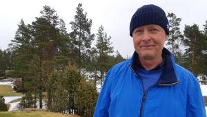 Man i blå jacka och mössa ler mot kameran. Han heter Johan Törnqvist.