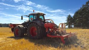 En traktor sår höstraps.