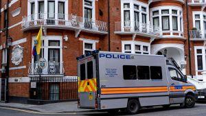 En polisbil utanför Ecuadors ambassad i London.
