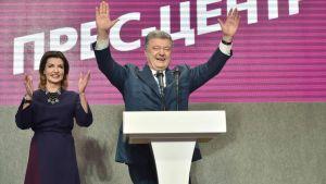 Petro Porosjenko tillsammans med sin hustru Maryna tackar sina anhängare i partiets högkvarter i Kiev 21.4.2019