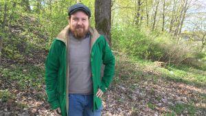 Forskare Otto Latva ute i grönskan