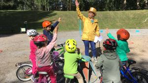 Pyöräillään: Mari ja lapset