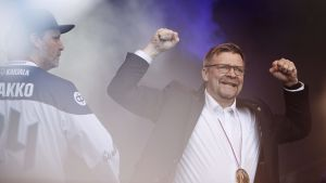 Jukka Jalonen firar i Kajsaniemi efter sitt lags guldvinst.